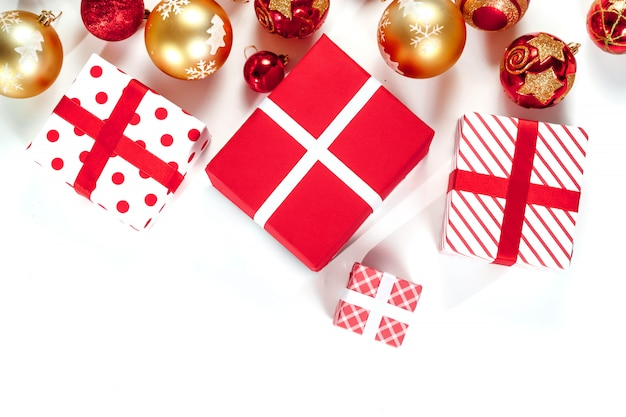 お正月おもちゃ、赤と金のボール、ギフト、白で隔離。分離します。