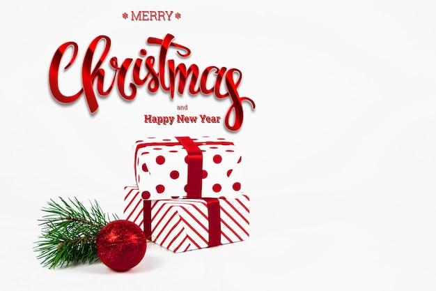 碑文メリークリスマス、プレゼント、赤いボール、白。クリスマスカード、休日の背景。混合メディア。