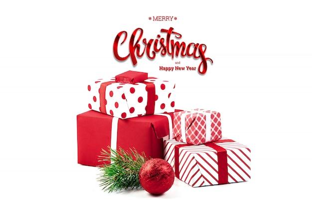 Надпись с рождеством, подарки, красный шар, на белом. рождественская открытка, праздник фон. смешанная техника.