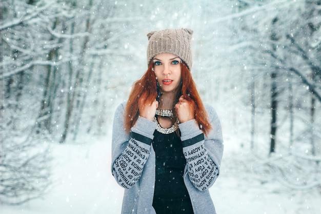 冬、冬の森の少女、雪。