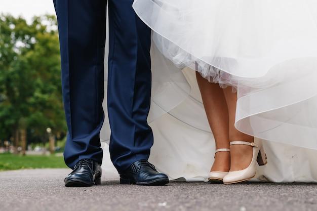 デート中の男性と女性の足