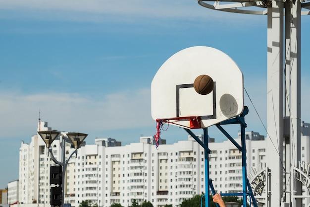 空を背景にストリートバスケットボールコートリングボード