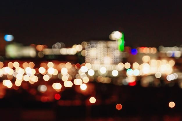 黒の背景、ボケ味にぼやけたクリスマスライト。