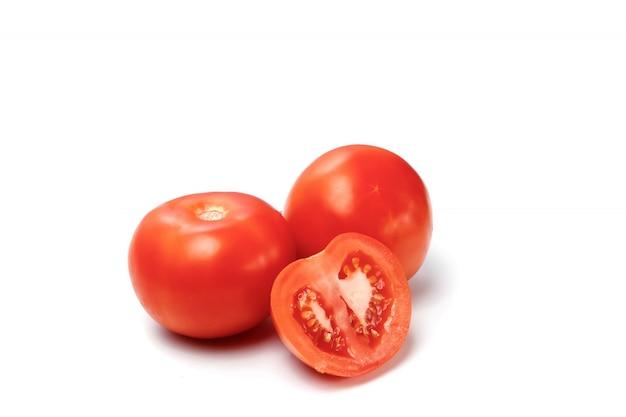 Помидор и ломтик помидор на белом, изолировать