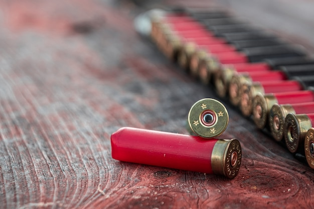 Охотничьи патроны в патронате лежат на деревянном столе