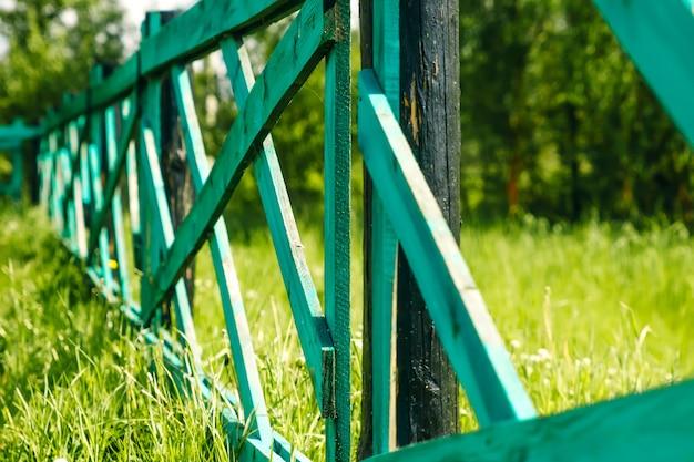 Старый деревянный забор и ворота в зеленый, трава пейзаж монголии