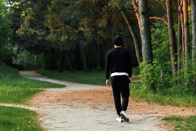 公園で屋外ジョギングカップルの足ビュー