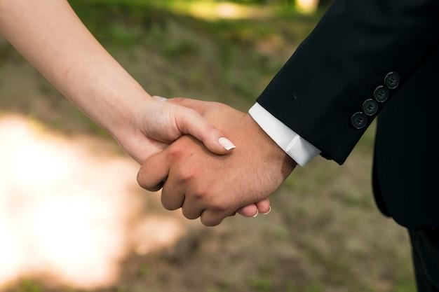Руки крупным планом влюбленная пара, романтика, любовь
