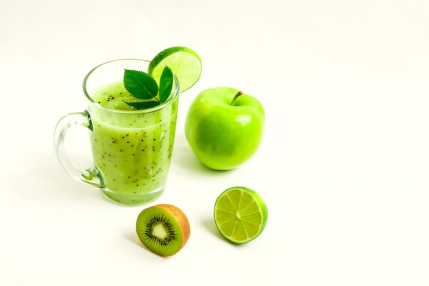 Зеленый здоровый коктейль из киви, зеленого яблока, лайма и мяты, изолированных на белом фоне вид мошенника
