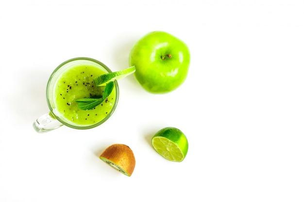 Зеленый здоровый коктейль из киви, зеленого яблока, лайма и мяты, изолированных на белом фоне вид сверху
