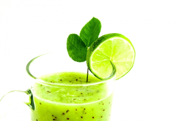 Зеленый здоровый коктейль из киви, зеленого яблока, лайма и мяты, изолированных на белом фоне крупным планом