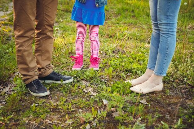 散歩中の子供と両親の足