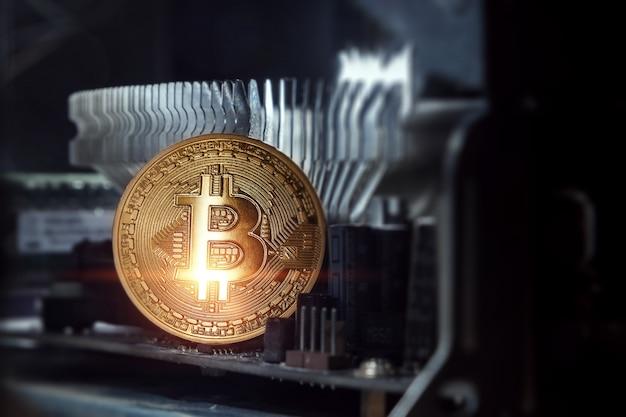 Золотой биткойн на плате компьютера