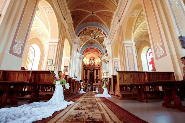 Свадебные аксессуары и интерьер в православном монастыре святой троицы
