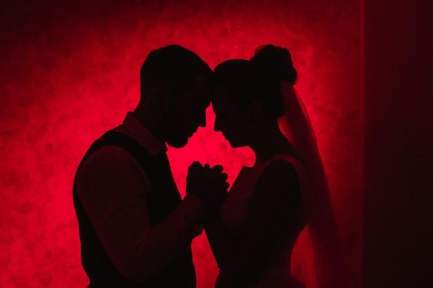 Жених и невеста на красном фоне, концепция семейных отношений