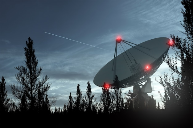 電波望遠鏡は、夜空を背景にした大きなパラボラアンテナで星を追跡します。テクノロジーのコンセプト、地球外生命の探索、宇宙の盗聴。混合培地、コピースペース。