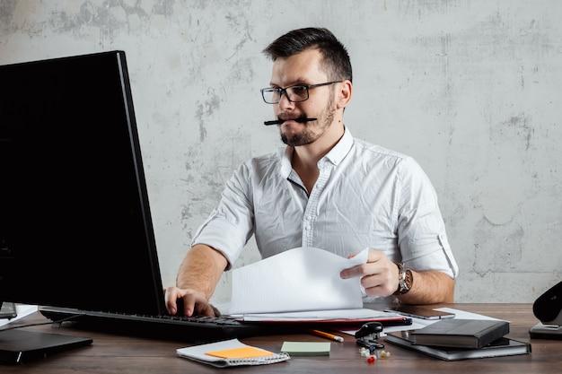 オフィスのテーブルに座っている男の人