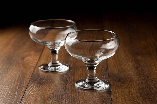 茶色の木製の食器に空のガラスカップ。