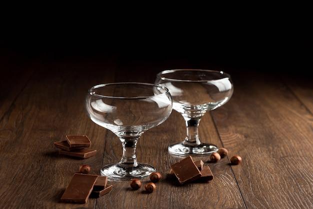 茶色の木の上の空のガラスカップ