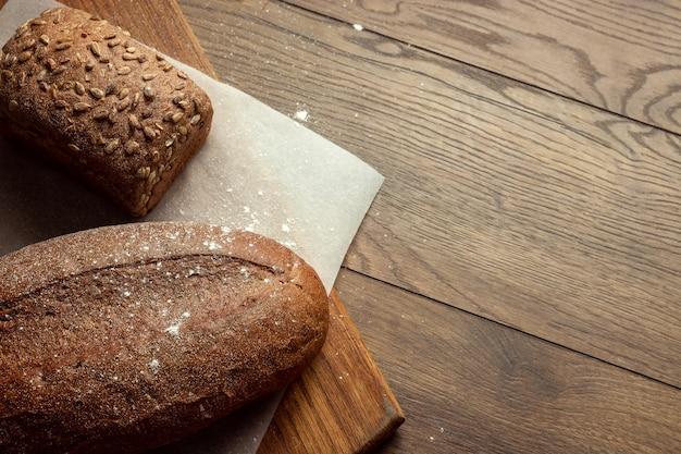 焼きたてのライ麦パン、木製のまな板の上