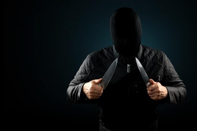 Серийный убийца, маньяк с ножом и черным чуолком на голове