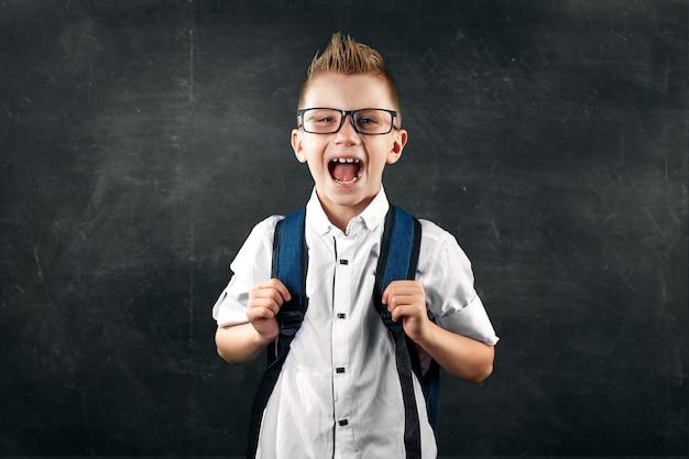 教育委員会の背景に小学校の男の子の肖像画