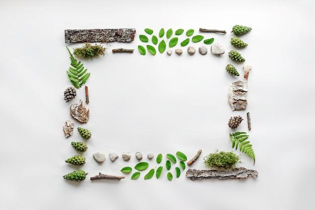 正方形のフレーム、葉、石、木材の自然なレイアウト