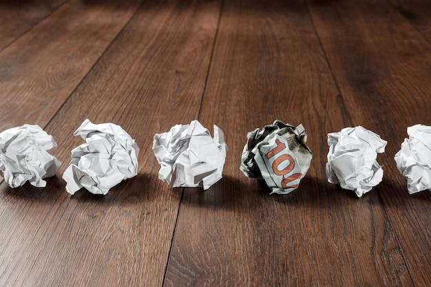 テーブルの上のしわくちゃの紙
