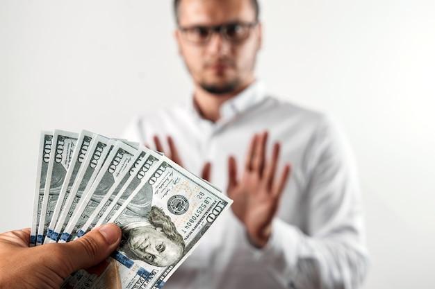 Бизнесмен отказывается от долларов сша