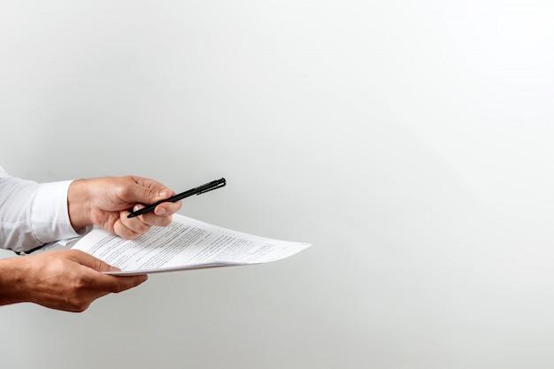 ビジネスマンは契約に署名することを提案します