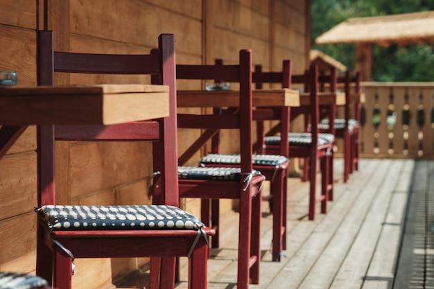 モダンなバルコニーの日光とテーブルと椅子