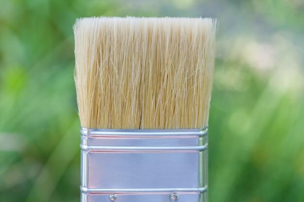 緑色に塗るための幅広の毛ブラシ。ブラシを緑色に塗る。
