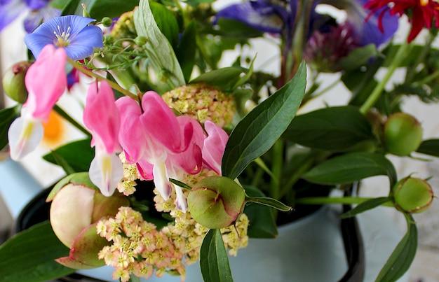 ティーポットの春の花