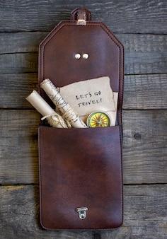 トップ旅行木製の背景、バッグ、地図
