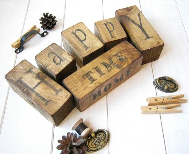 幸せな時間の木の立方体