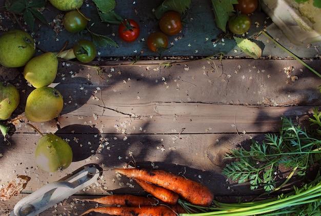 ニンジン、ナシ、トマト、木製の背景、庭、秋