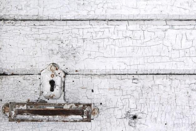 古いホワイトボードと鍵穴