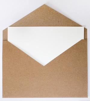 クラフト封筒の背景。モックアップ