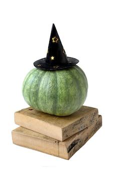 白で隔離される帽子秋の面白いハロウィンかぼちゃ