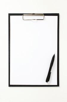 オフィスの黒いフォルダーペン。白いシートモックアップ