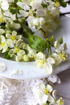 美しい白い花のリンゴの木の庭