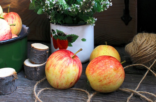 Летний сад, яблоки, мята