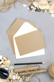 夏の旅行、封筒カード、シェル灰色の背景のモックアップ