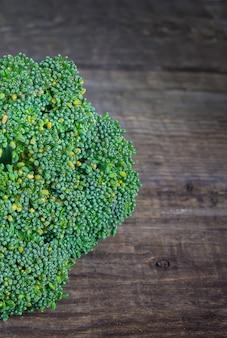 木製のテーブルにブロッコリー