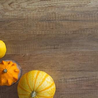 秋のカボチャの木製の背景