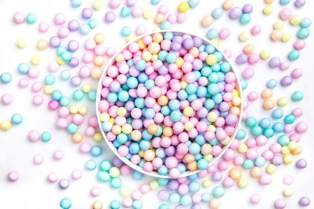 Маленькие круглые конфеты. напитки, витамины.