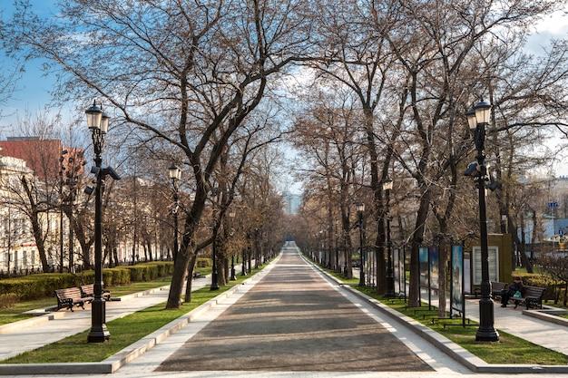 人のいない路地を駐車する。晴れた春の日。都市の自己隔離。モスクワの中心、トヴェルスカヤ通り。