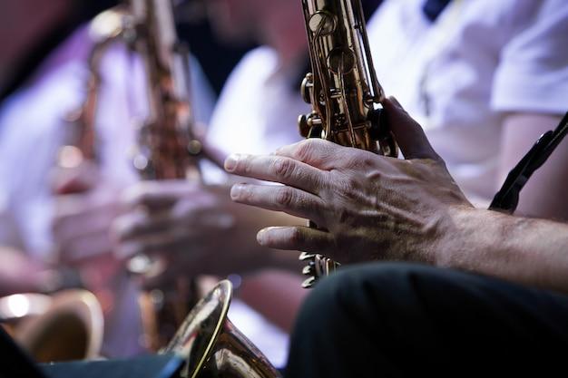 ミュージシャンの手。サックス奏者、コンサート。閉じる。