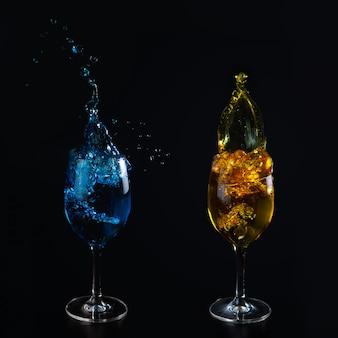 青と黄色の水とガラスのグラス