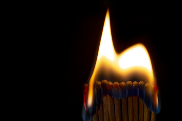 連鎖反応で並んでいるマッチを燃やします。